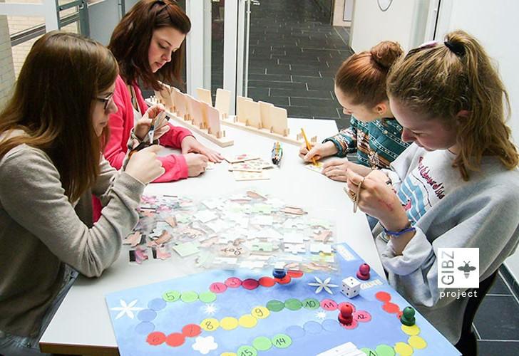 Spielen -zwei FAGE-Klassen spielen mit Betagten Gesellschaftsspiele