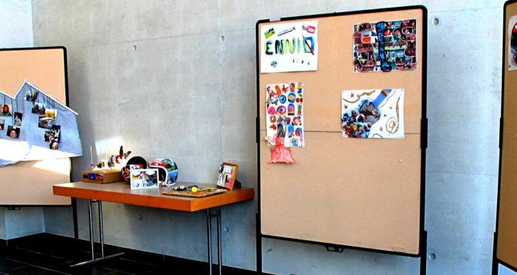 """""""Wer bin ich?"""" : Selbstporträts der Klasse ZFA1 – Ausstellung im Trakt 2/3. Stock"""