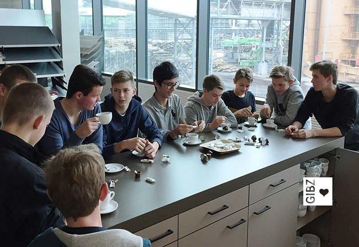 Die Schreiner SR1 besuchen die Holzwerkstoff-Firma KronoSwiss AG in Menznau