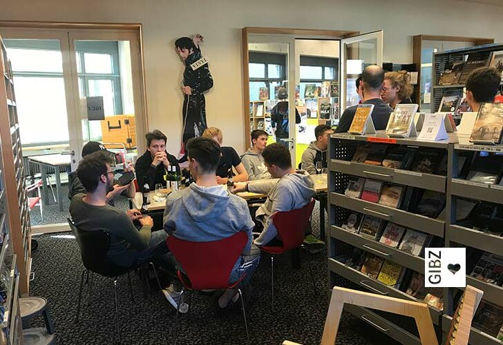 """""""Hocked Sie, sitzed Sie, nähmed Sie Platz…"""" – die Bücherhocker der Schreinerklasse SR3"""
