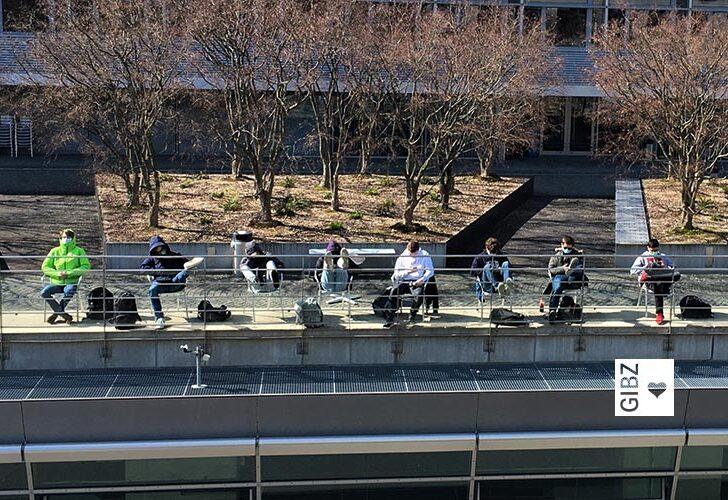 Kein Aprilscherz: GIBZ-Lernende können Corona und halten Abstand!